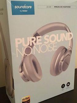 Headphones + Case for Sale in Bell Gardens,  CA