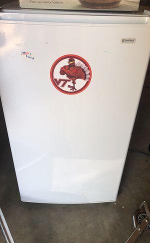 Working mini fridge kinda dirty for Sale in Gainesville, VA
