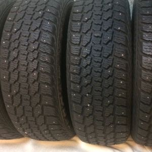 215 60 R 16 Wintercat Studded Snow Tires for Sale in Graham, WA