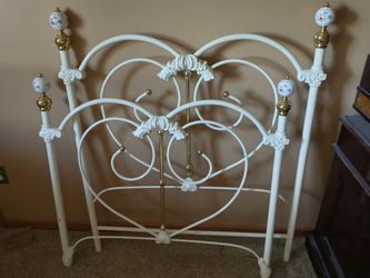 Metal twin bed frame for Sale in Marion,  IA