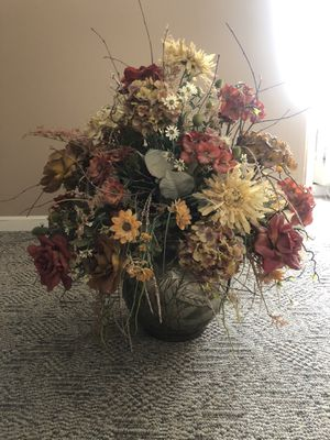 Artificial flower pot decoration for Sale in Murfreesboro, TN