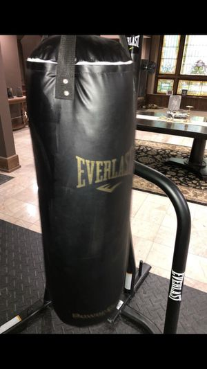 Everlast punching bag with stand!! for Sale in Carroll, OH
