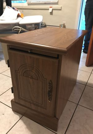 Small End Table with pull out shelf for Sale in Lakeland, FL