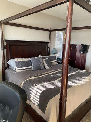 Canopy Cali King Bedroom Set for Sale in Menifee, CA
