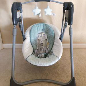 Graco slim spaces compact baby swing for Sale in San Mateo, CA