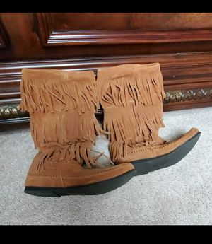 Womans minnetonka fringe boots size 8 for Sale in New Milford, CT
