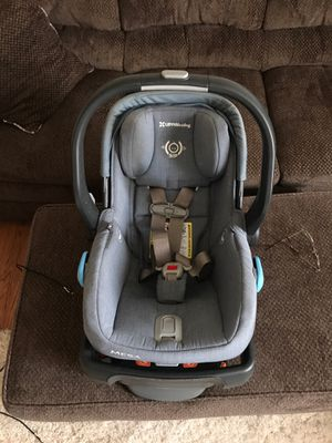 2017 preowned UPPAbaby car seat and base in henny blue for Sale in Ranson, WV