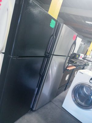 Ge top freezer fridge in exelent condition w\4 months warranty for Sale in Baltimore, MD