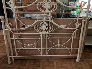 Metal bed frame no rails for Sale in Rice, VA
