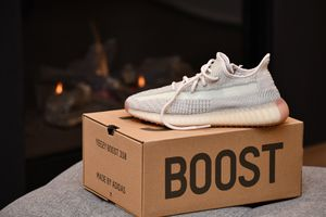 adidas Yeezy 350 V2 Citrin Size 8 - Brand New!! for Sale in Los Angeles, CA