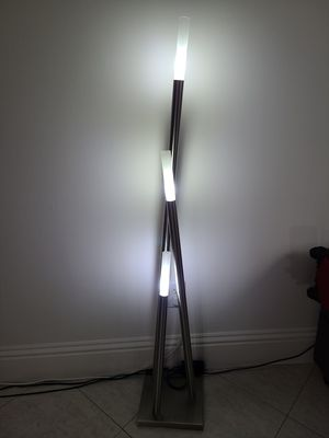 Floor lamp like new OBO OFRESCAN for Sale in Aventura, FL
