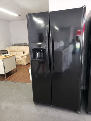 Frigidaire refrigeratore side by side black for Sale in Tampa, FL