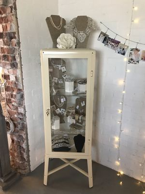 Curio cabinet for Sale in Phoenix, AZ