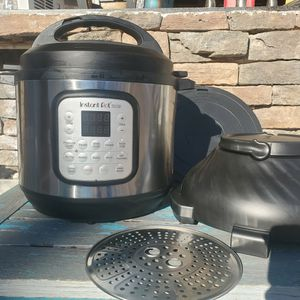 $130 INSTANT POT DUO CRISP AND AIR FRYER for Sale in Las Vegas, NV