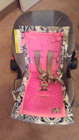 Graco car seat with pink seat cover for Sale in Gulfport, MS