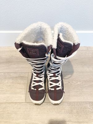 Helly Hansen Womens Quilted Detail Snow Boot with shearling interior. Womens Size 7.5 for Sale in Camas, WA