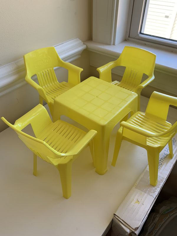 Table and chairs for BARBIE DOLLS