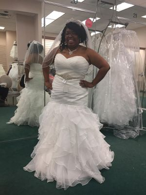 White Mermaid Trumpet Ruffled Wedding Dress for Sale in Temple, TX
