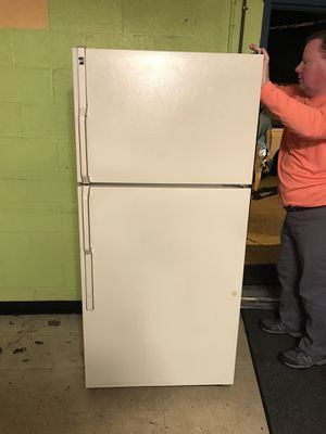 GE refrigerator and freezer. 18.2 cu ft for Sale in Port St. Lucie, FL