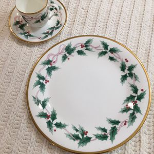 Mikasa Bone China Ribbon Holly Gold Trim (discontinued) for Sale in Los Angeles, CA