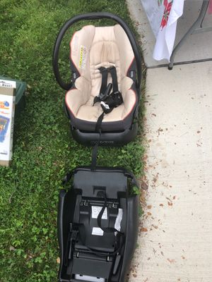 Maxi cost infant car seat & 2 bases for Sale in Silver Spring, MD