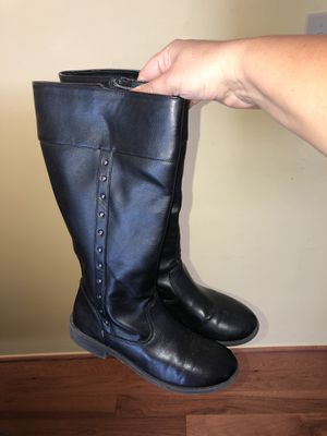 Girls size 5 black boots worn three times in good condition for Sale in Dearborn Heights, MI