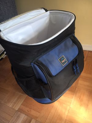 Carry cool insulated cooler rolling on wheels for Sale in Brooklyn, NY
