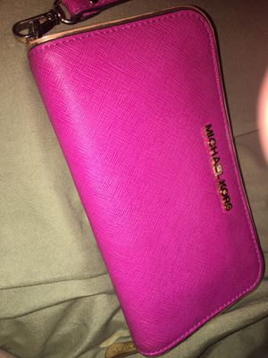 Pink Michael kors wallet/wristlet for Sale in Chula Vista, CA
