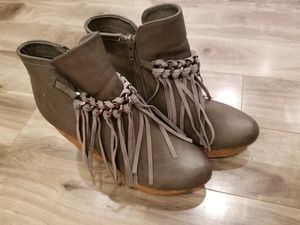 Gray fringe booties size 8.5 for Sale in Waianae, HI