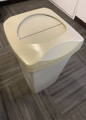 Rubbermaid Trash Can for Sale in Chandler, AZ