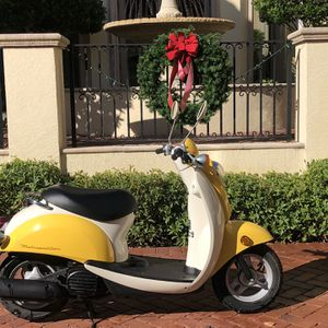 2010 Yellow Moped. Great Condition for Sale in Fort Myers, FL