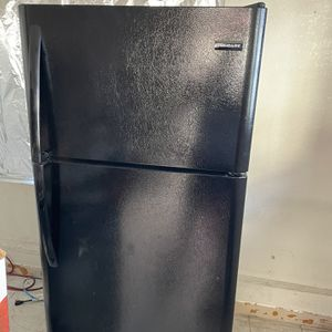 18 cu. ft. Top Freezer Refrigerator in Black for Sale in Pico Rivera, CA