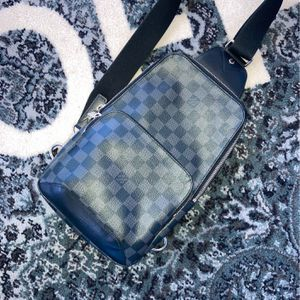 AVENUE SLING BAG (( Louis Vuitton )) for Sale in Hollywood, FL