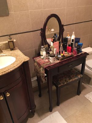 Makeup vanity table with stool for Sale in Freeport, NY