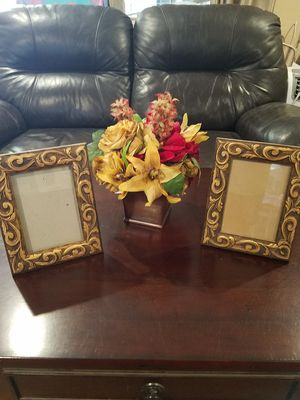 Home Decoration.....wood frames set for 8.00......floral arrangement .......10.00......Manteca for Sale in Manteca, CA