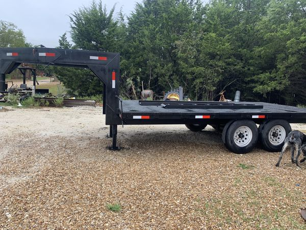 Gooseneck flatbed trailer with ramps