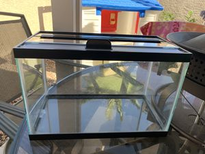 Fish Tank 5.5 Gal with lid for Sale in Las Vegas, NV