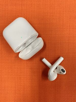 2nd Generation Apple AirPods with Wireless Charging. for Sale in New York, NY
