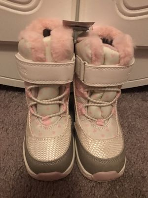 Carters toddler girl snow boots size 8 for Sale in Whittier, CA
