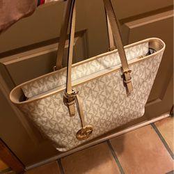 AUTHENTIC MICHAEL KORS JET SET TRAVEL VANILLA SIGNATURE TZ TOTE SHOULDER BAG for Sale in Visalia,  CA