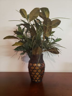 """Silk / Fake Plant in 9"""" tall vase for Sale in Plantation, FL"""