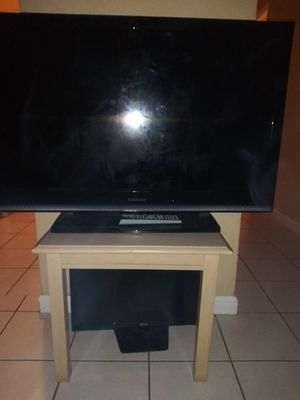 55 inch and 20 incch tv . . . barley used . . in good condition . . offering 150$ for both . . payed almost 500$ for both . for Sale in Dania Beach, FL