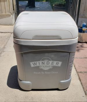 ROLLING IGLOO ICE CHEST/ COOLER LARGE CLEAN AND STERILE for Sale in Las Vegas, NV