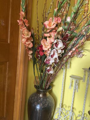 Flowers with vase 🏺 for Sale in Columbus, OH