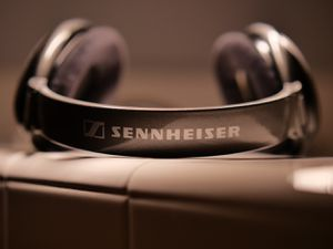 Sennheiser HD650 (Original not cheap new version) with box, cables, extra replacement ear pads Audiophile standard legend msrp 500 for Sale in Buena Park, CA