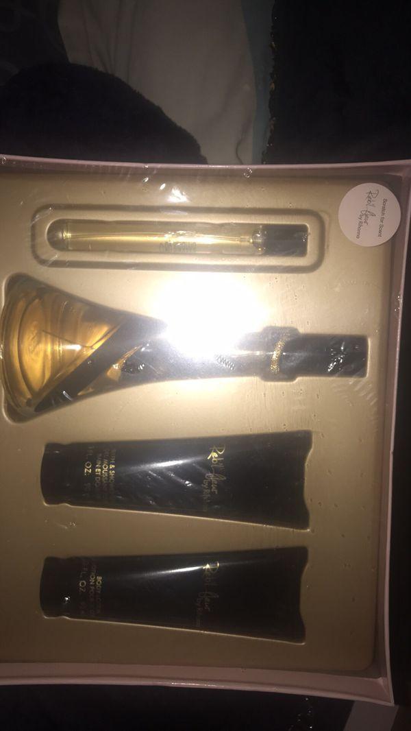 Paquete nuevo de perfume y crema y jabón líquido para el cuerpo $40
