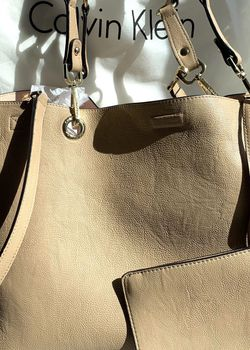 Calvin Klein Tote Bag/purse With Zip Pouch for Sale in Laveen Village,  AZ