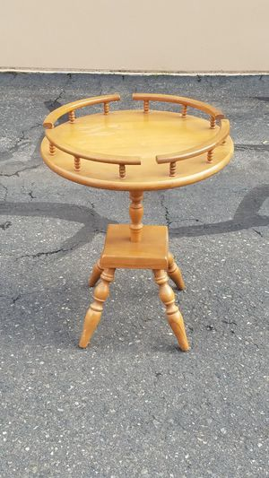 Round end table for Sale in Modesto, CA