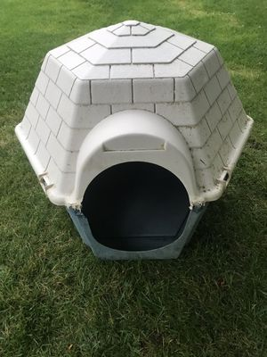 Suncast plastic dog house for Sale in Chattaroy, WA