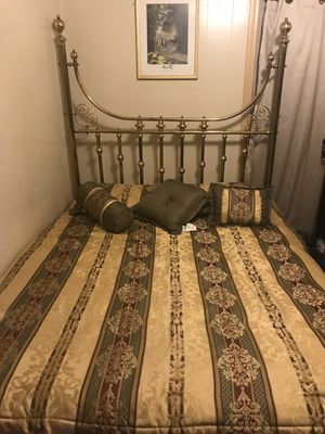 Cama queen con mattress y vestuario muy bonito for Sale in Southbridge, MA